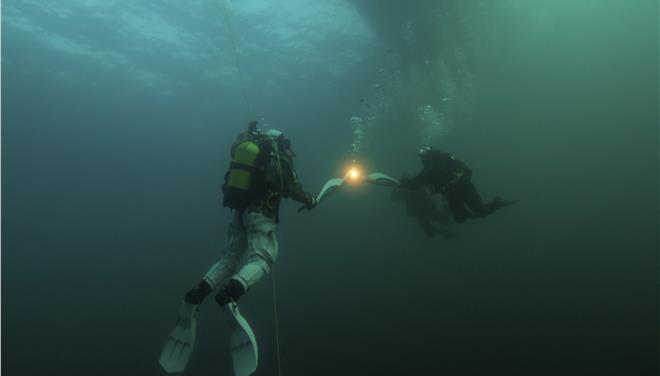Υποβρύχια λαμπαδηδρομία στη λίμνη Βαϊκάλη