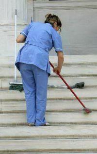 «Σφίγγουν» τα λουριά στον εργολάβο καθαριότητας