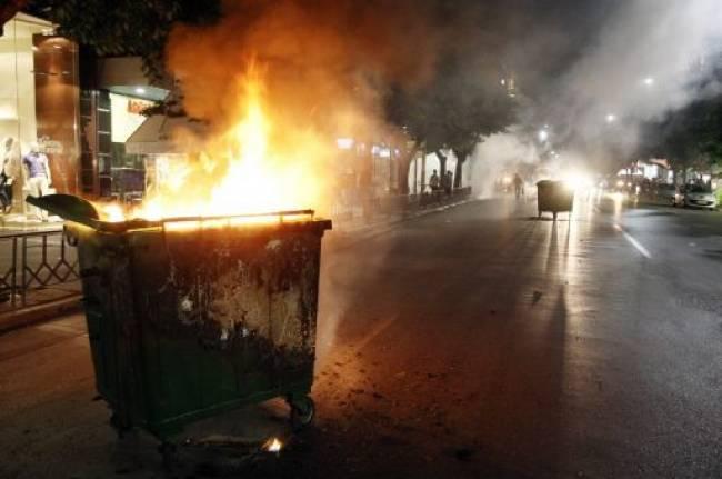 Νεαροί έκαψαν κάδο στη Λάρισα