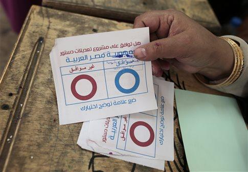 Στην σκιά αιματηρών συγκρούσεων συνεχίζεται το δημοψήφισμα στην Αίγυπτο