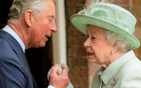 Η Ελισάβετ παραδίδει τα... σκήπτρα στον Κάρολο