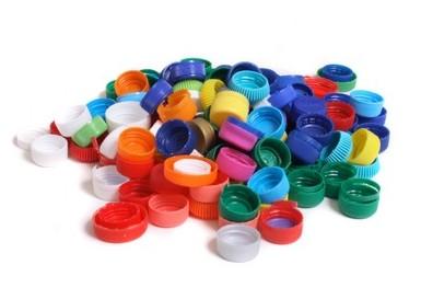 Συλλογή πλαστικών καπακιών από τους Εθελοντές της Ανωσης