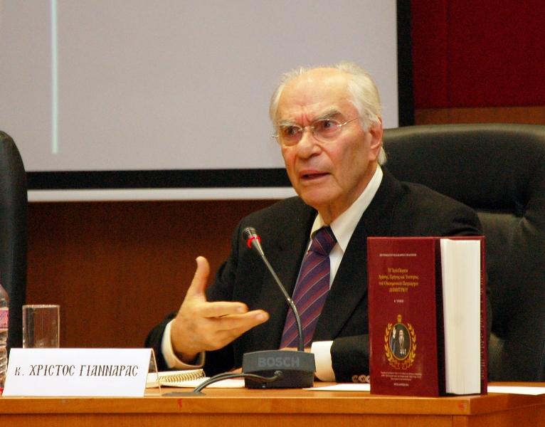 Ο καθηγητής Χ. Γιανναράς συναντά νέους της Μητροπόλεως