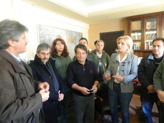 Στην αντιπεριφερειάρχη Λάρισας οι εργαζόμενοι της ΔΕΗ, διαμαρτυρόμενοι για την ιδιωτικοποίηση του ΑΔΜΗΕ