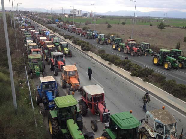 Ένταση και χημικά στον κόμβο της Νίκαιας με αγρότες