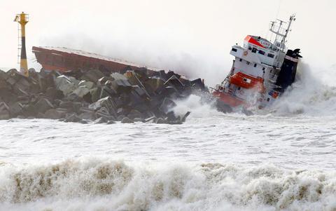 Γαλλία: Φορτηγό πλοίο κόπηκε στα δύο εν μέσω θαλασσοταραχής