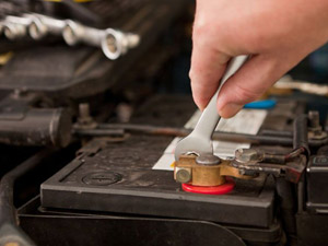 Πάτρα: Κλέβουν βενζίνη και μπαταρίες από αυτοκίνητα και μηχανές