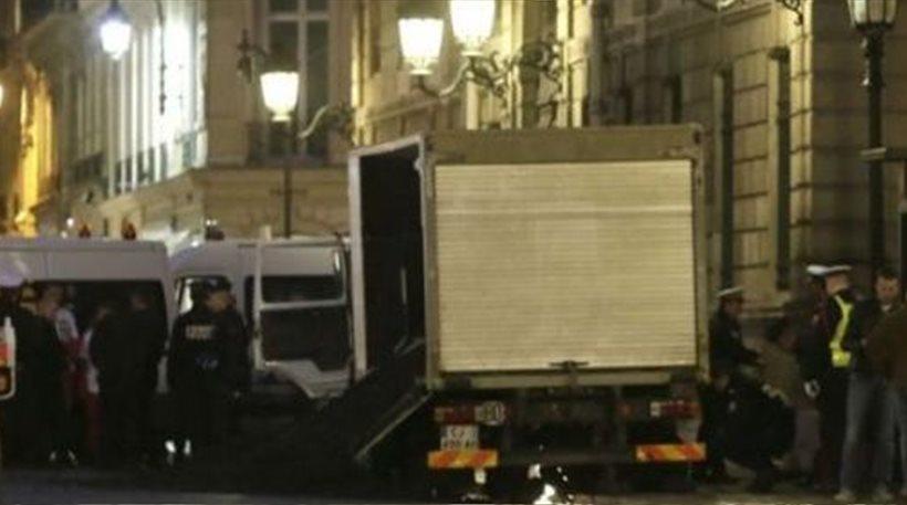 Βίντεο: Η Greenpeace άδειασε ένα φορτηγό κάρβουνο στο γαλλικό προεδρικό μέγαρο