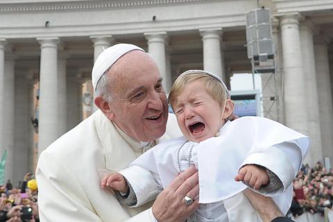 Ο Ποντίφικας φίλησε τον μικρό «Πάπα»