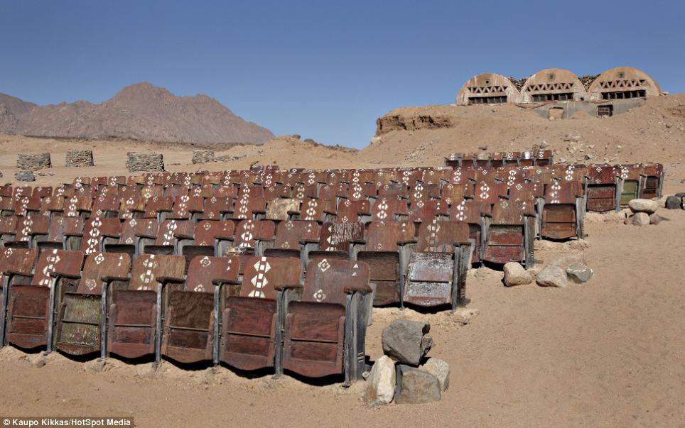 Θέαμα στη μέση του πουθενά -Το θερινό σινεμά με τα 150 ξύλινα καθίσματα στην έρημο της Αιγύπτου [εικόνες]