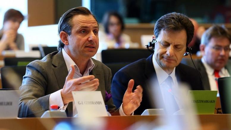 Αλυσοδεμένος εμφανίστηκε στο Ευρωπαϊκό Κοινοβούλιο ο Γιώργος Χατζημαρκάκης