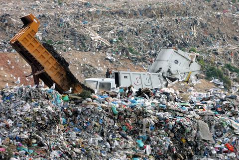 Εριχναν επικίνδυνα απόβλητα