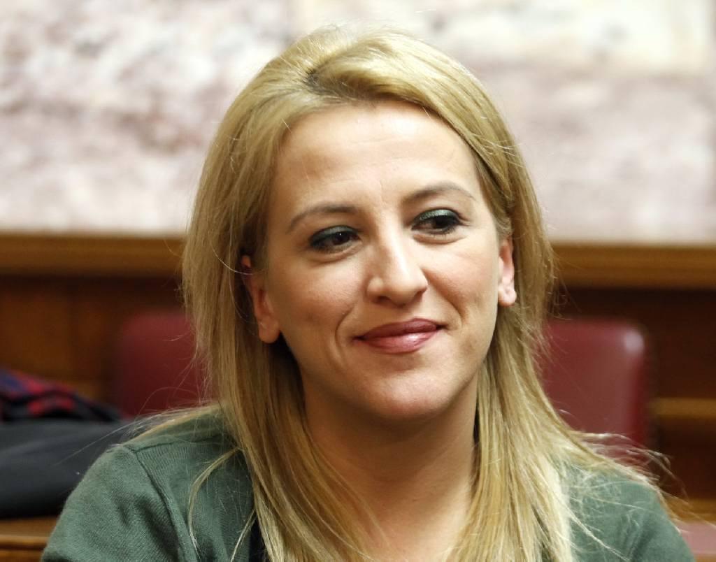 Η Ρένα Δούρου παραιτήθηκε από βουλευτής για να διεκδικήσει την περιφέρεια Αττικής