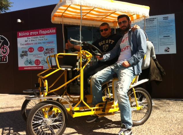 Τρεις νέοι «πάτησαν» γκάζι στη φαντασία: Εφτιαξαν ένα ποδήλατο-αυτοκίνητο που κάνει θραύση στη Θεσσαλονίκη [εικόνες]