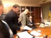 Με ξύλο «παραίτησε» ακροδεξιός το διευθυντή της ουκρανικής κρατικής τηλεόρασης (βίντεο)