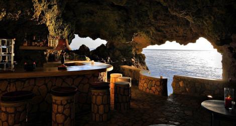 Ρομαντικό δείπνο στην άκρη του «γκρεμού»: Εξωτικές σπηλιές – ξενοδοχεία... αυστηρά για ερωτευμένους [εικόνες]