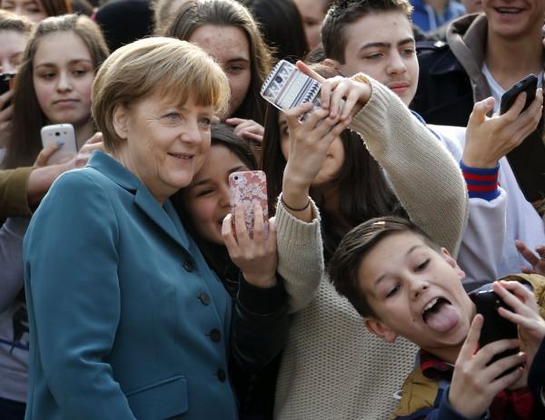 Η Ανγκελα Μέρκελ μπήκε στον πειρασμό των selfies -Ενα κάπως βεβιασμένο χαμόγελο [εικόνες]
