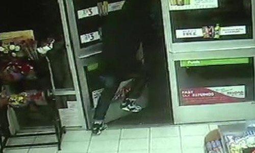 Μια κινηματογραφική στιγμή: Υπάλληλοι σουπερ μάρκετ καταφέρνουν και αφοπλίζουν ένοπλο ληστή [βίντεο]