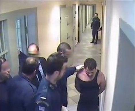 Καρέ καρέ σκηνές από τον βασανισμό του Ιλι Καρέλι από σωφρονιστικούς υπαλλήλους στις φυλακές Νιγρίτας [εικόνες]