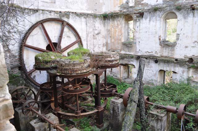 Κινδυνεύει πενταόροφος υδρόμυλος-αριστούργημα του Εμπειρίκου στην Ανδρο [εικόνες]