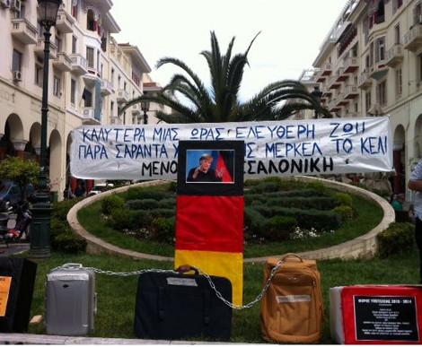 Εκαναν την Μέρκελ «στόχο» -Στη Θεσσαλονίκη πετούν βελάκια σε φωτογραφία της [εικόνες & βίντεο]
