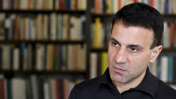 Μύλος στο ΣΥΡΙΖΑ για τον καθηγητή Λαπαβίτσα που είναι υπέρ της δραχμής
