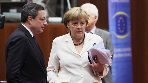 Πιο πλούσιος της ΕΕ ο Ντράγκι με 374.000 ευρώ ετησίως- Πιο «φτωχοί» Μέρκελ και Ολάντ