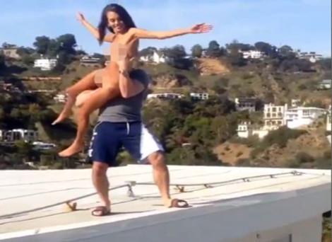Οικοδεσπότης πετάει γυμνή καλεσμένη από τη στέγη του σπιτιού στην πισίνα του κάτω ορόφου [εικόνες&βίντεο]