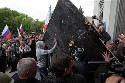 Άλλο ένα κυβερνητικό κτίριο στην ανατολική Ουκρανία κατέλαβαν φιλορώσοι