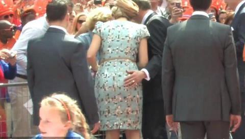 Σε μπελάδες δήμαρχος για απρεπή κίνηση στη Βασίλισσα της Ολλανδίας