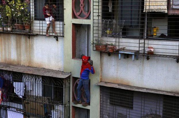 Ινδία: «παράθυρο - παράθυρο» ζητάει ψήφους ο «Σπάιντερμαν»