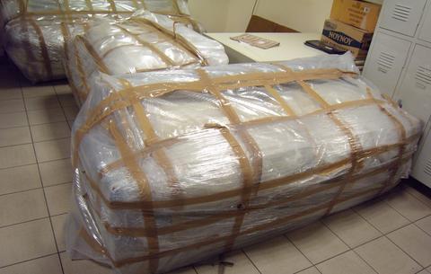 Μέσα σε ξύλινους καναπέδες είχαν κρύψει 72 κιλά κάνναβης