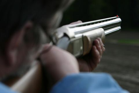 Τραυμάτισε με κυνηγετικό όπλο 53χρονο και παραδόθηκε
