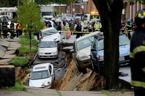 ΗΠΑ: Τρύπα «κατάπιε» δεκάδες αυτοκίνητα