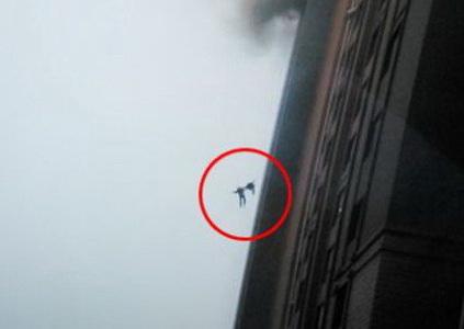 Καρέ καρέ η στιγμή που δύο πυροσβέστες πέφτουν από τον 13ο όροφο κτιρίου μετά από έκρηξη [βίντεο]