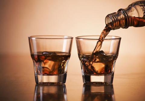 Οικογενειακή ...επιχείρηση εισαγωγής λαθραίων ποτών έστησε τελωνειακός