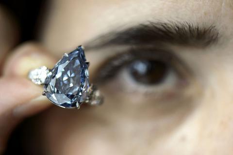 Γενεύη: Πωλήθηκε για 23,79 εκατ. δολάρια το «μπλε διαμάντι»