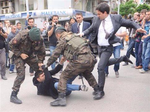 Σάλος με σύμβουλο του Ερντογάν που κλώτσησε διαδηλωτή για το ορυχείο