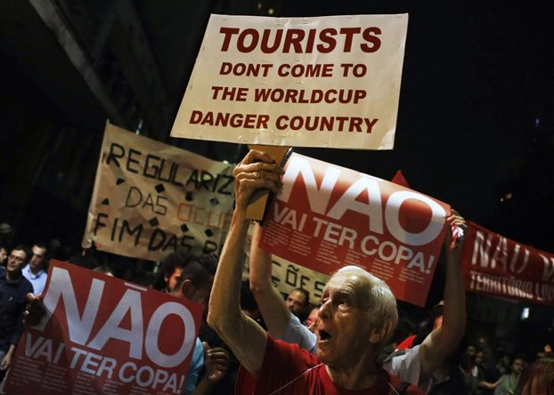 Η Βραζιλία σείεται από διαδηλώσεις μετ' επεισοδίων για το ακριβό Μουντιάλ