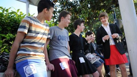 Γαλλία: Τα αγόρια πήγαν στο σχολείο με...φούστες