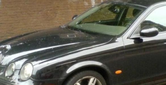 Δημοτικός υπάλληλος κούρευε το γκαζόν και κατέστρεψε Jaguar