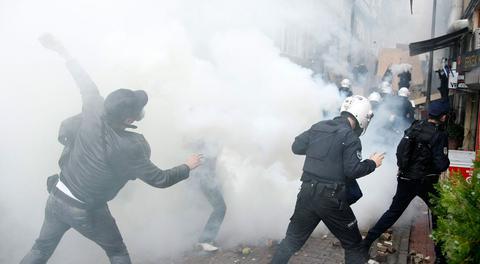Μολότοφ, πέτρες και χημικά ξανά στην Κωνσταντινούπολη