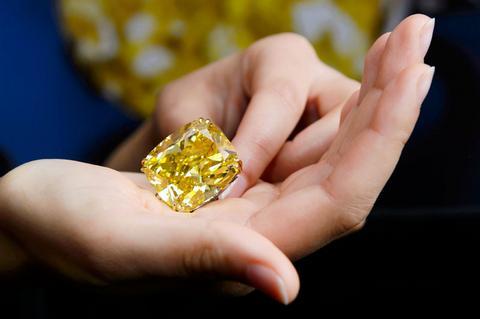 Σε τιμή ρεκόρ πουλήθηκε το κίτρινο διαμάντι των 100 καρατίων