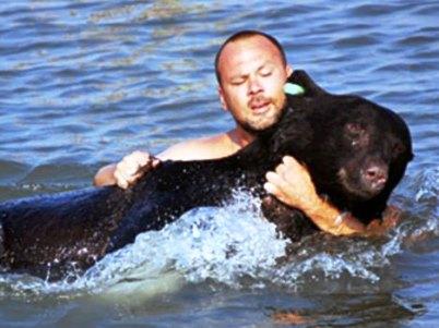 Άνδρας έσωσε αρκούδα βάρους 170 κιλών από πνιγμό