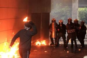 Μολότοφ κατά αστυνομικών κοντά στα γραφεία του ΠΑΣΟΚ