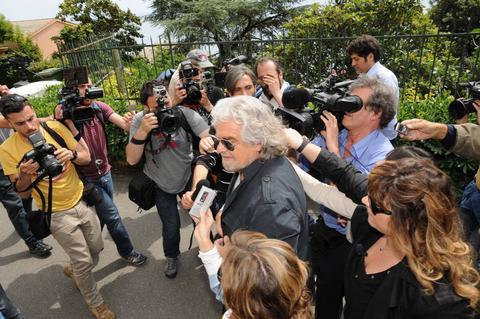 Κίνηση-έκπληξη Γκρίλο: Καλεί σε διάλογο τον Ρέντσι για αλλαγή εκλογικού νόμου