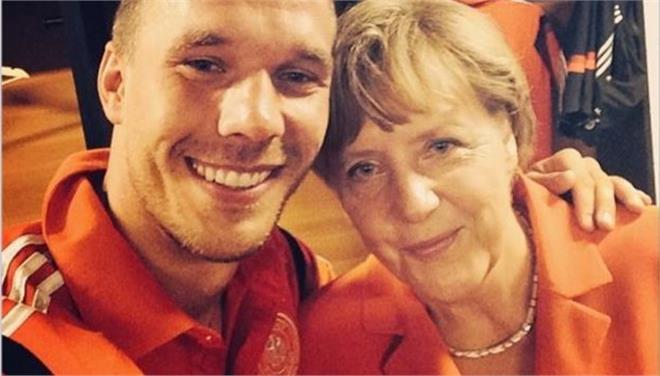 Η Ανγκελα Μέρκελ στα αποδυτήρια της Γερμανίας και η selfie με τον Ποντόλσκι