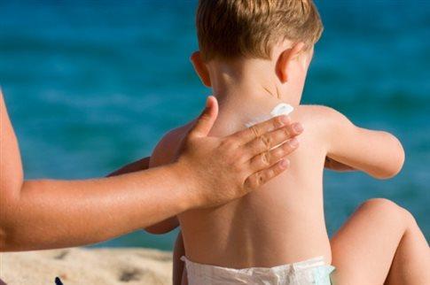 Η αντηλιακή προστασία από τη βρεφική ηλικία μειώνει τον κίνδυνο μελανώματος
