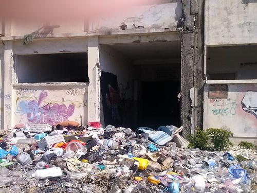 Γκράφιτι, σκουπίδια και εγκατάλειψη στο πρώην εργοστάσιο της Βαμβακουργίας