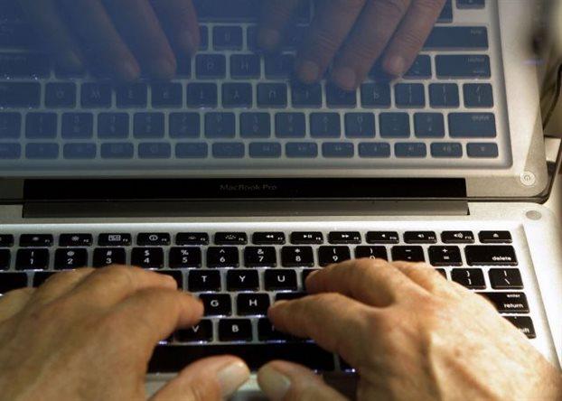 Σύλληψη για παράνομη διάθεση νομικών κειμένων στο internet